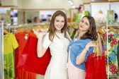 店先に立っている 2 人の美しい女の子 — ストック写真