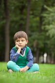 おしゃれな小さな男の子素敵な夏の日、屋外 — ストック写真