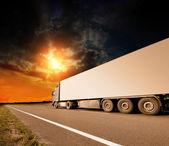 Ciężarówki na asfaltowej drodze ruchu rozmycie — Zdjęcie stockowe