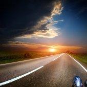Estrada de asfalto através do campo verde — Fotografia Stock