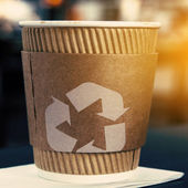 Coffee cup with recycling sign — Stockfoto