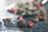 Schinus molle and Allspice peppercorns — Stock Photo