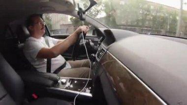 Man drives car — Stock Video