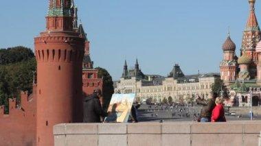 Artist against Kremlin — Stock Video