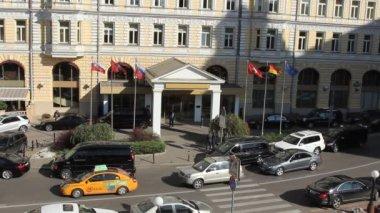 Entrance to Baltschug Kempinski hotel on Balchug street — Stock Video