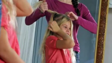 Young girl hairdressing — Stock Video