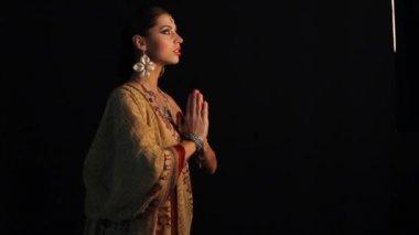 Beautiful Indian girl dancing in national dress — Stockvideo
