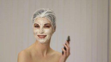 Женщина с чистки маска — Стоковое видео