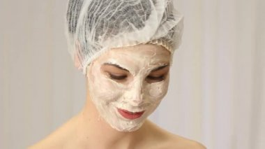 Relaxed woman with a deep cleansing nourishing face mask — Stock Video