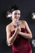 Femme chantant avec microphone — Photo