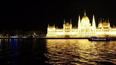 Budapest Parliament at night and traffic on Danube river — Stock Video