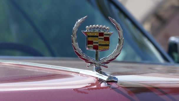 Emblema de Cadillac en la capilla de vehículo antiguo — Vídeo de stock