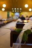 教会での結婚式の花。クローズ アップ — ストック写真