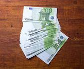 100 欧元纸币上木背景的特写镜头. — 图库照片