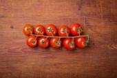 Pomidor oddział na starodawny stół z drewna — Zdjęcie stockowe