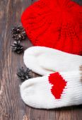 Knitted mittens with red hearts and knitted hat  — Stock Photo