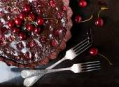 Delicious tart with cherries and chocolate ganache. — Stock Photo