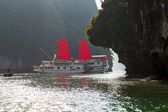 Halong bay sunrise and Vietnam traditional boat. — Stock Photo