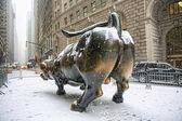 New york city - 21 januari: het landmark stier in lagere opladen — Stockfoto