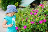 Toddler girl near flowers — Foto de Stock