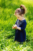 Toddler in spring — Stock Photo