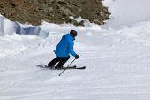 Skiër op bergen ski resort innsbruck - oostenrijk — Stockfoto
