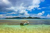 Tropical island at Seychelles and boats — Stock Photo