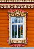 Carved window of wooden house in historical town Kolomna - Russi — Stock Photo