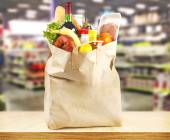 Supermarket and bag with products — 图库照片