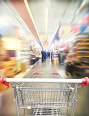 Shoping cart in supermarket — Stockfoto
