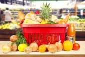 Supermarket and basket with products — Stockfoto