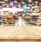 张桌子上模糊的超市背景 — 图库照片