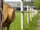 Cowboy hoed en lasso op hek Amerikaanse ranch — Stockfoto