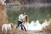 Casal com cachorro — Foto Stock