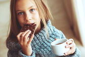 Criança bebendo chá — Foto Stock