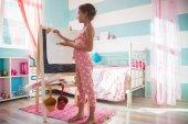 Enfant jouant à la maison — Photo