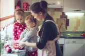 Mother with kids at the kitchen — Foto Stock