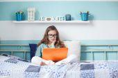 Kind mit laptop — Stockfoto