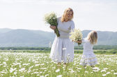 Family in flower field — Stock Photo