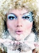 冬天的毛皮帽子的女孩的画像 — 图库照片