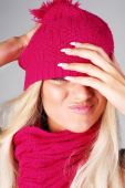 Emotional model in pink hat — Stockfoto