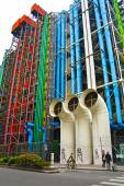 PARIS, FRANCE - AUGUST 18: Center Georges Pompidou on August 18, 2014 in Paris.The museum is the third most visited attraction in Paris with, about 5.5 million visitors per year. — Stock fotografie
