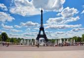 Silhouette of the Eiffel tower on background of blue sky and fountain at Jardins du Trocadero, Paris, France — Stock Photo