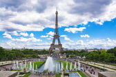 Eiffel Tower and fountain at Jardins du Trocadero, Paris, France — Stock Photo