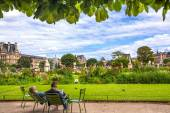 Garden of Tuileries (Jardin des Tuileries) outside the Louvre in Paris, France — Stock Photo