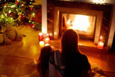Mother and daughter near fireplace — 图库照片