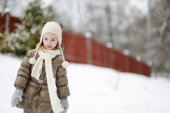 Little girl at winter day — Stock Photo