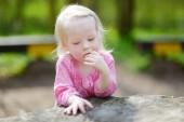 Garota adorável em dia de verão — Fotografia Stock
