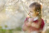Little girl in blooming cherry garden — Stock Photo