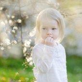 Girl in blooming cherry garden — Foto de Stock